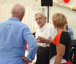 Ehrenvorsitzender Hans Helmut  Fischer im Gespräch mit Bürgermeisterin Denise Klein und 2. Vorsitzenden Bodo Sewarte
